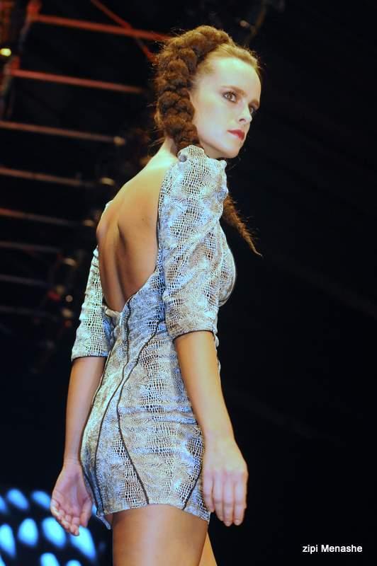 שמלת מיני בטקסטורת נחש עם תיפורים מודגשים אצל נתנאל זיקרי