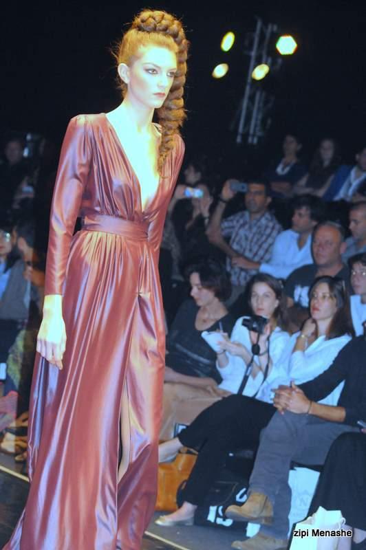 שמלה מבד במראה רטוב אצל נתנאל זיקרי