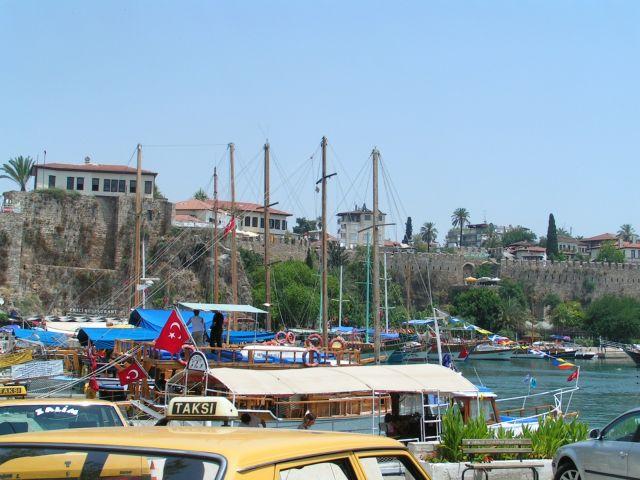הנמל העתיק של אנטליה, טורקיה. מכה לחופשת הקיץ ולחגי תשרי. (צילום עירית רוזנבלום)