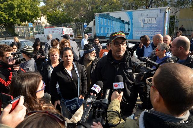 """מתארגנים להפגנה מול עיריית ת""""א לאחר פינוי המאהל בשכונת התקווה (צילום: רפי מיכאלי)"""