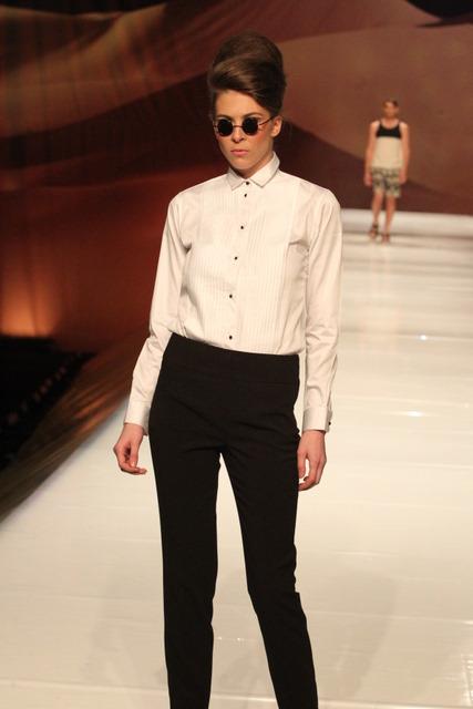מכנסיים בגזרה גבוהה וחולצה מחוייטת מקו ה-Black