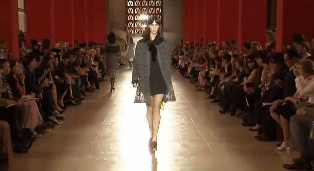 """שמלות בסגנון """"עקרת הבית האנגליה"""" בתצוגת Miu Miu בשבוע האופנה בניו-יורק"""