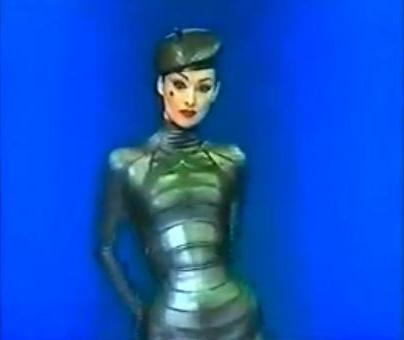 מתוך תצוגת אביב-קיץ 1997 של טיירי מוגלר: רוחה של בטי מרחפת על פני התצוגה