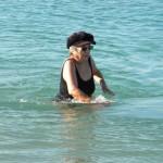 סבתא הולכת במים