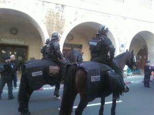 מוקפים בטבעת שוטרים הדוקה. הימין הקיצוני מפגין ביפו (צילום: עמית קרטס)