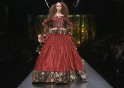 """המלכה המרושעת בשמלה אדומה של גליאנו ל""""דיור"""" הוט קוטור 2009"""