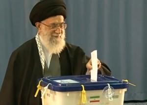 המנהיג העליון, עלי ח'אמנאי, מצביע בקלפי בטהראן, אמש