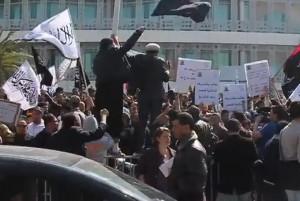 מפגינים אסלאמיסטים דורשים את החלת השריעה ברחובות תוניס, אתמול