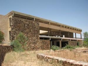 """מלון פאר """"מצדה"""". הפך למבנה נטוש ושבור    (צילום: מיכאלי)"""