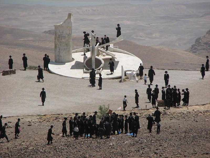 אוכלוסייה חלשה. חסידי גור במצפור הפסל של תומרקין (צילום: מיכאלי)