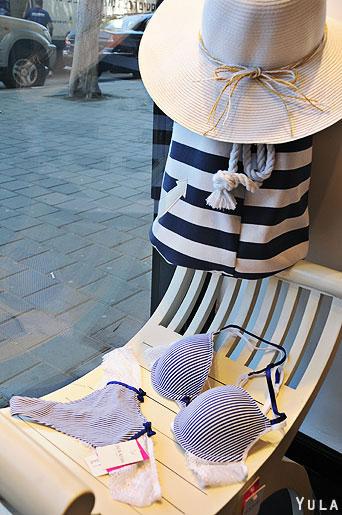 להשלמת המראה בהשראת מראה המלחים, ניתן להצטייד בתיק כחול לבן וכובע תואם. צילום: יולה זובריצקי