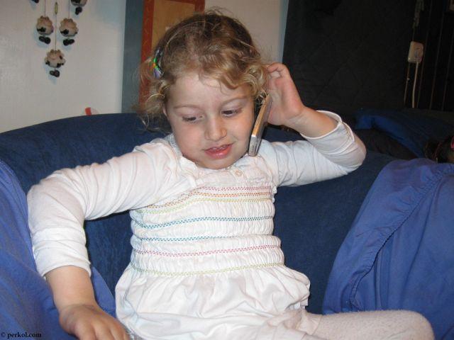 ילדה מדברת בטלפון