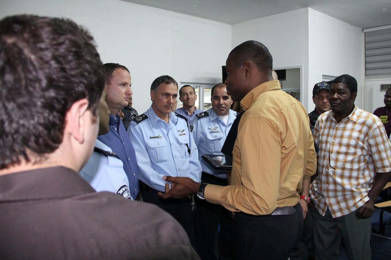 """המפכ""""ל, רנ""""צ יוחנן דנינו, בסיור בריכוזי המגורים של המסתננים בדרום ת""""א. (צילום: משטרת ישראל)"""