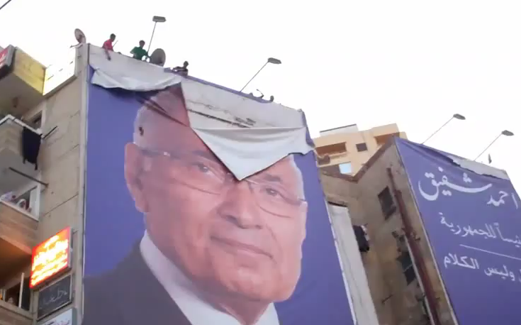כרזות הבחירות של אחמד שפיק נקרעות בכיכר באלכסנדריה