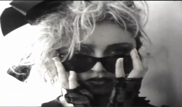 1983- כפפות תחרה, חמצון מוגזם וסרטים בשיער. ילדת המועדונים הפנקיסטית של שנות ה-80.