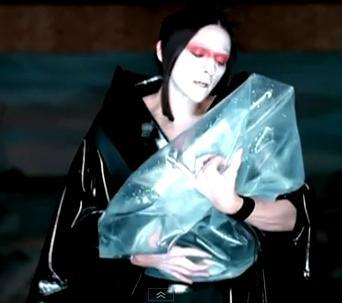 """מדונה מתוך הוידאו-קליפ לשיר """"Nothing Really Matters"""": גלימה גותית ומראה יפני"""