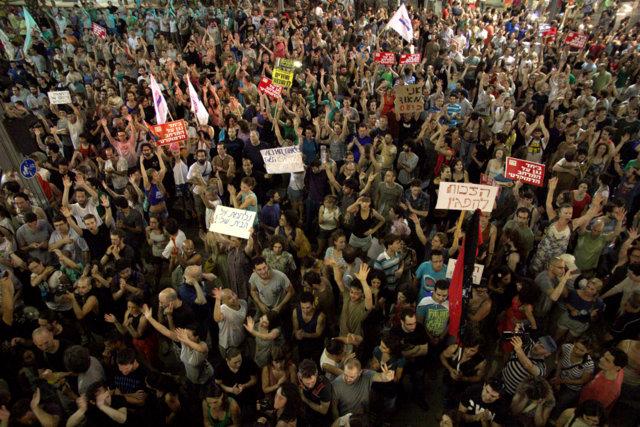 אלפי מפגינים נגד אלימות המשטרה וחופש ההפגנה (צילום: דן בר דוב)