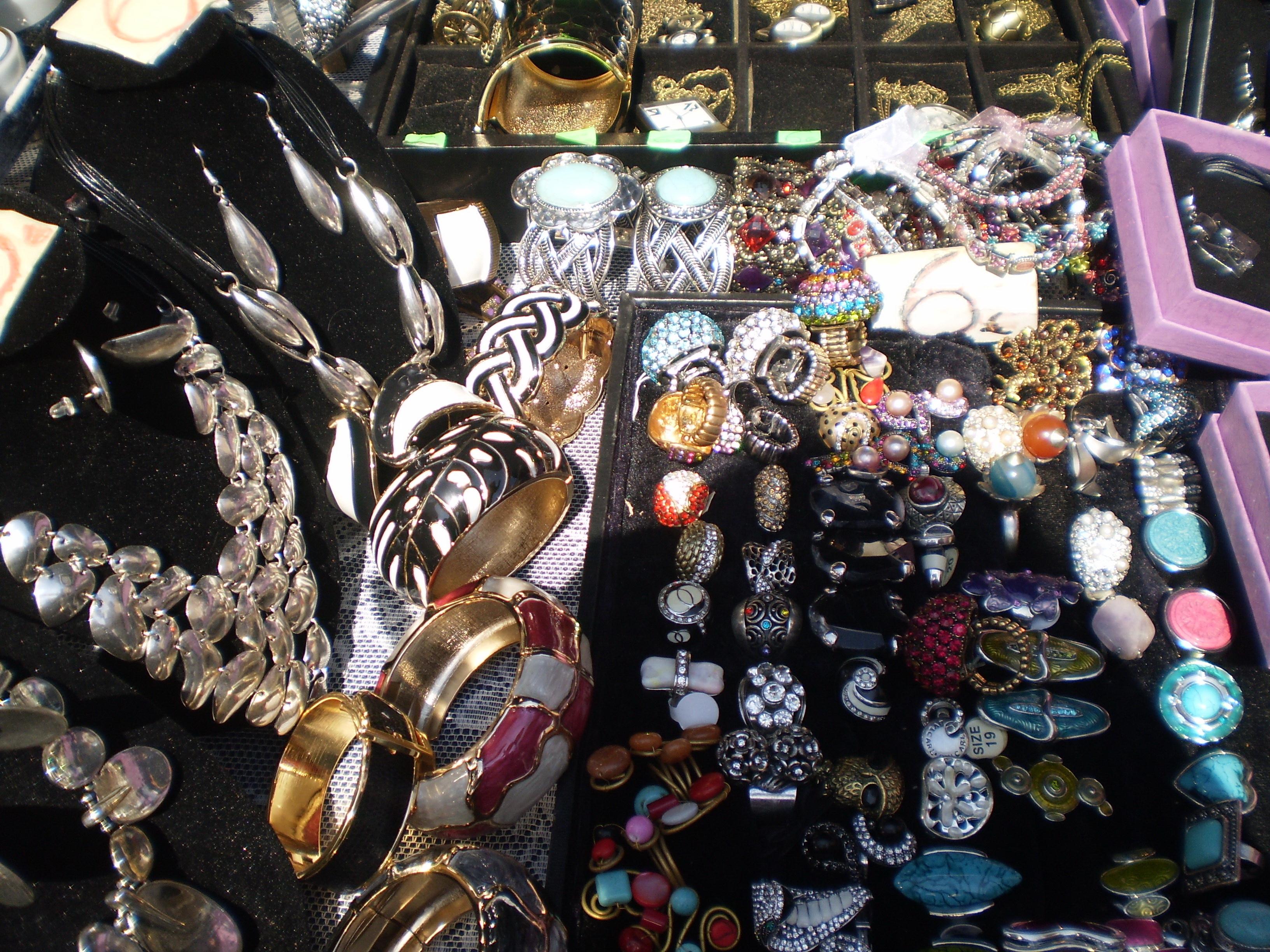 אופנת הצוענים הבוהמיינית בסמטאות הרחוב והשווקים. תכשיטים בברצלונה. צילום: אריאלה גויכמן