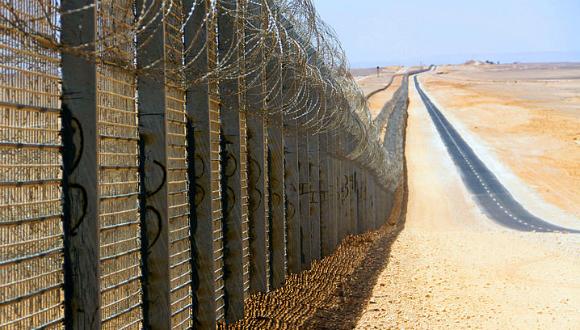הגדר הנבנית בגבול מצרים. מטען צד הופעל לעבר כלי רכב של העובדים