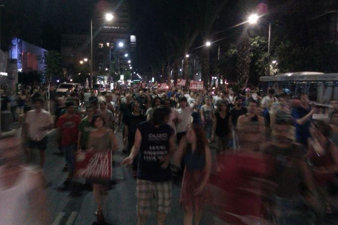 אלפים צועדים לככר רבין (צילום: רפי מיכאלי)