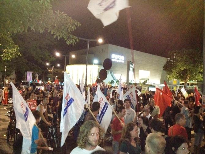 הפגנת המחאה יוצאת מהבימה (צילום: שרון ליבנה)