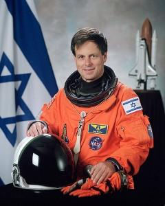 אילן רמון במדי אסטרונאוט, לפני העלייה למשימה שממנה לא שב (Wikimedia/NASA)