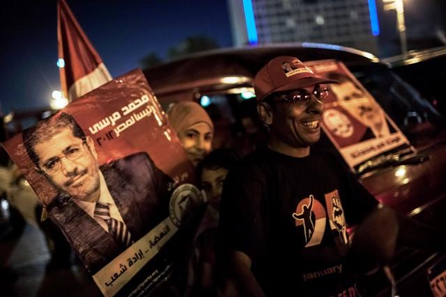 תומכיו של מורסי חוגגים בכיכר א-תחריר עם היוודע דבר זכייתו בבחירות לנשיאות מצרים(Daniel Berehulak/Getty Images)