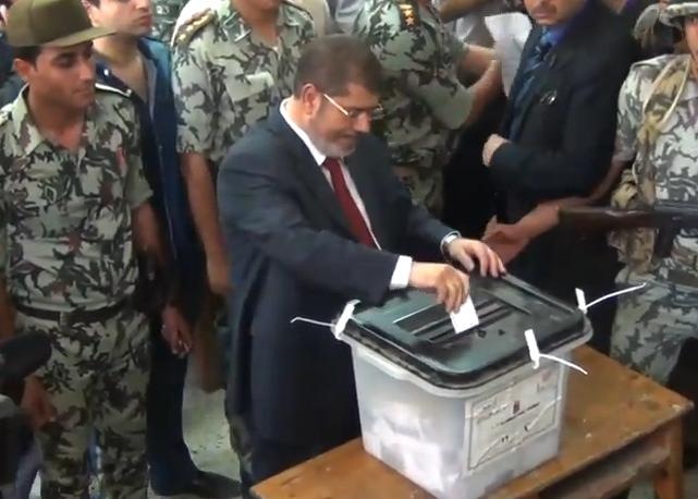מוחמד מורסי, מועמד האחים המוסלמים, מצביע בקלפי בקהיר תחת אבטחה כבדה