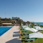 הבריכה החיצונית במלון השרון. להתאים את שירותי ההצלה בבריכות השחייה במלונות