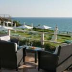 הדשא הפונה לים במלון השרון