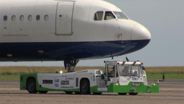 מערכת טאקסיבוט, הנשלטת על ידי הטייס, מיועדת להסיע מטוסים מהשרוול בטרמינל עד למסלול ההמראה