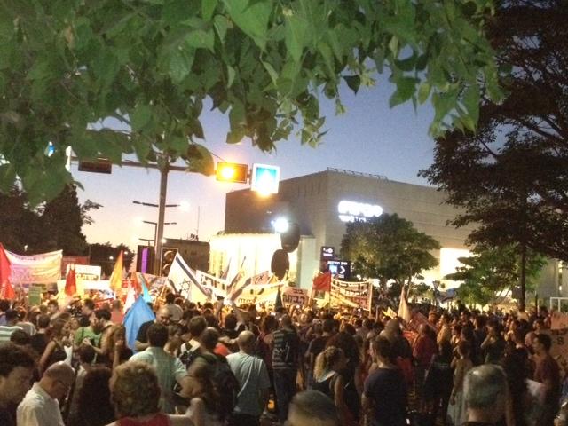 """כאלפיים איש צועדים בת""""א מהבימה לקפלן (צילום: שרון ליבנה)"""