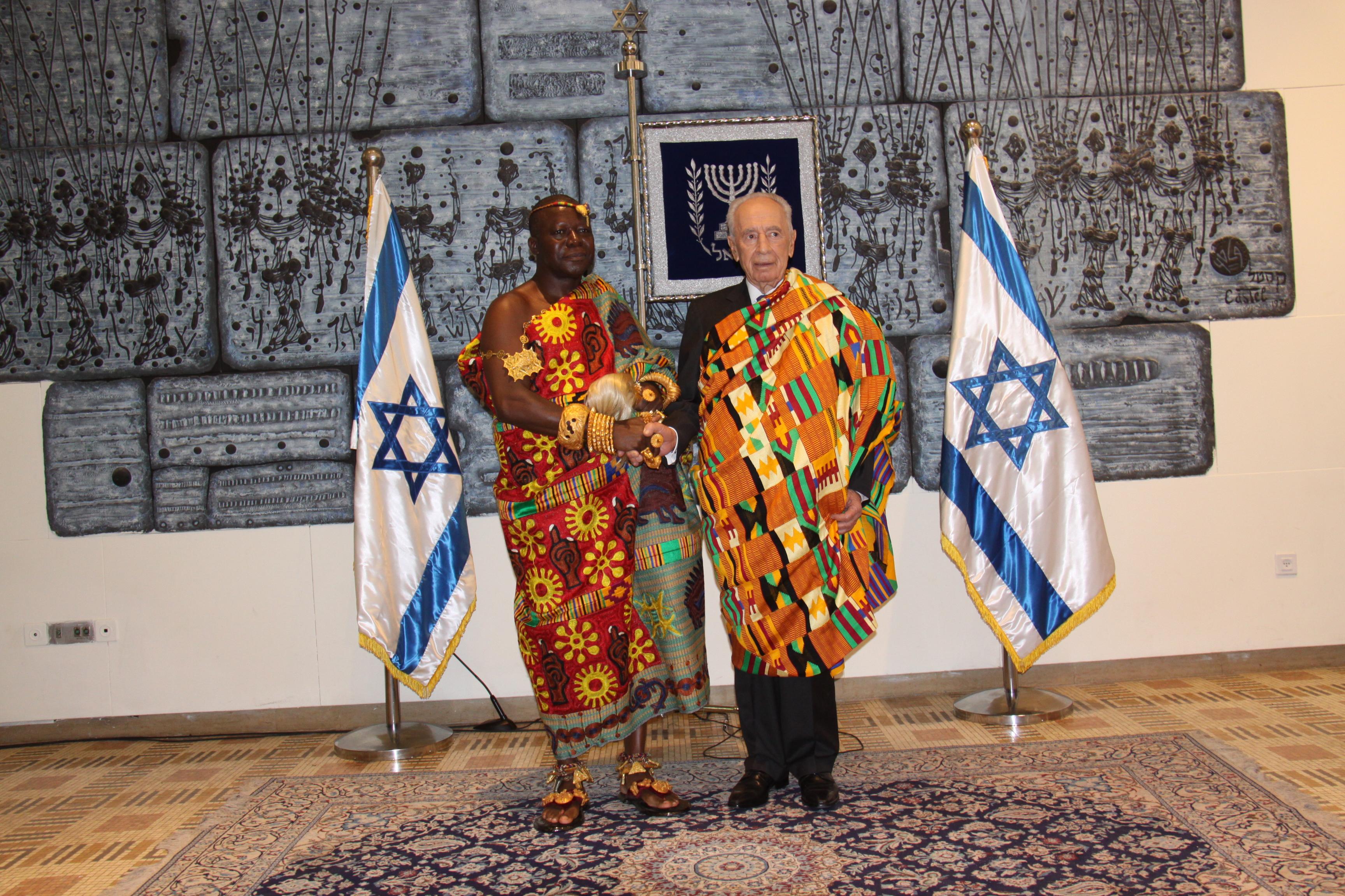 """מלך ונשיא בגלימות מלך - סמל למזל ושגשוג. (צילום: עמוס בן גרשום/לע""""מ)"""