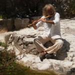 נגן חליל בטיול היער המוסיקלי. (צילום: עירית רוזנבלום)