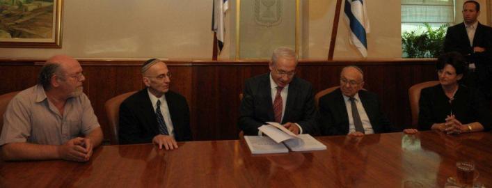 """ראש הממשלה מעיין בדוח (צילום: עמוס בן גרשום / לע""""מ)"""