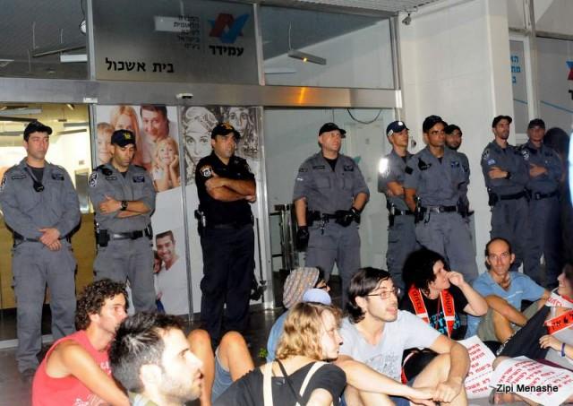 מסיימים את ההפגנה ליד משרדי עמידר, החברה המשכנת (צילום: ציפי מנשה)
