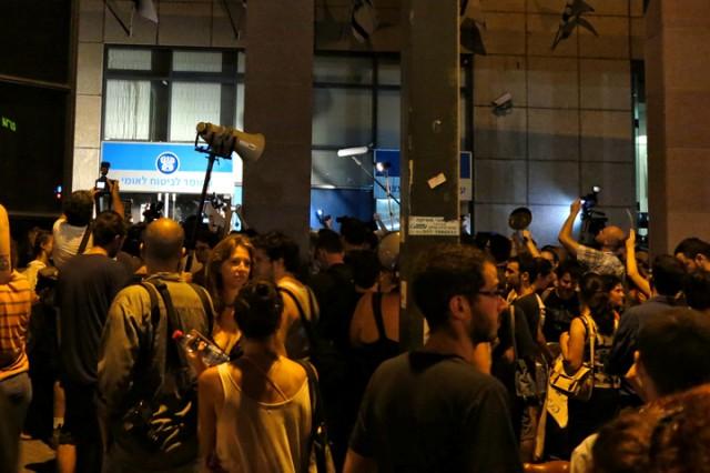 """הזעם מופנה אל הפקידים. מפגינים ליד בית הביטוח הלאומי בת""""א אמש (צילום: דן בר דוב)"""