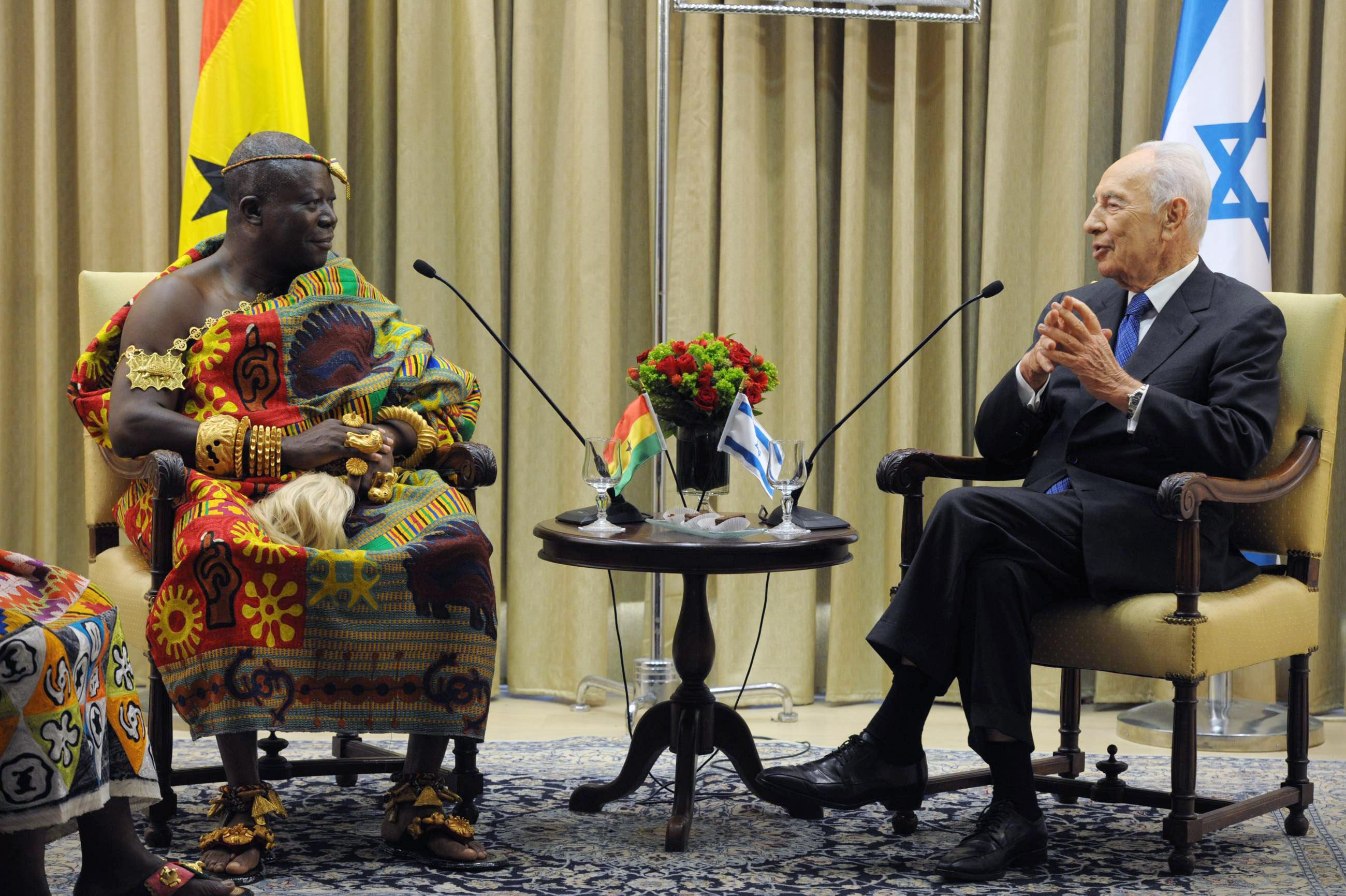 """מלך האשאנטי והנשיא פרס: """"שת""""פ כלכלי בין ישראל לגאנה"""". (צילום: עמוס בן גרשום.לע""""מ)"""