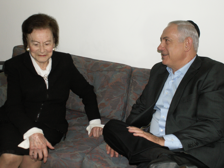 """""""אישה פורצת דרך"""". בנימין נתניהו ומרים בן פורת. (צילום: באדיבות לשכת ראש הממשלה)"""