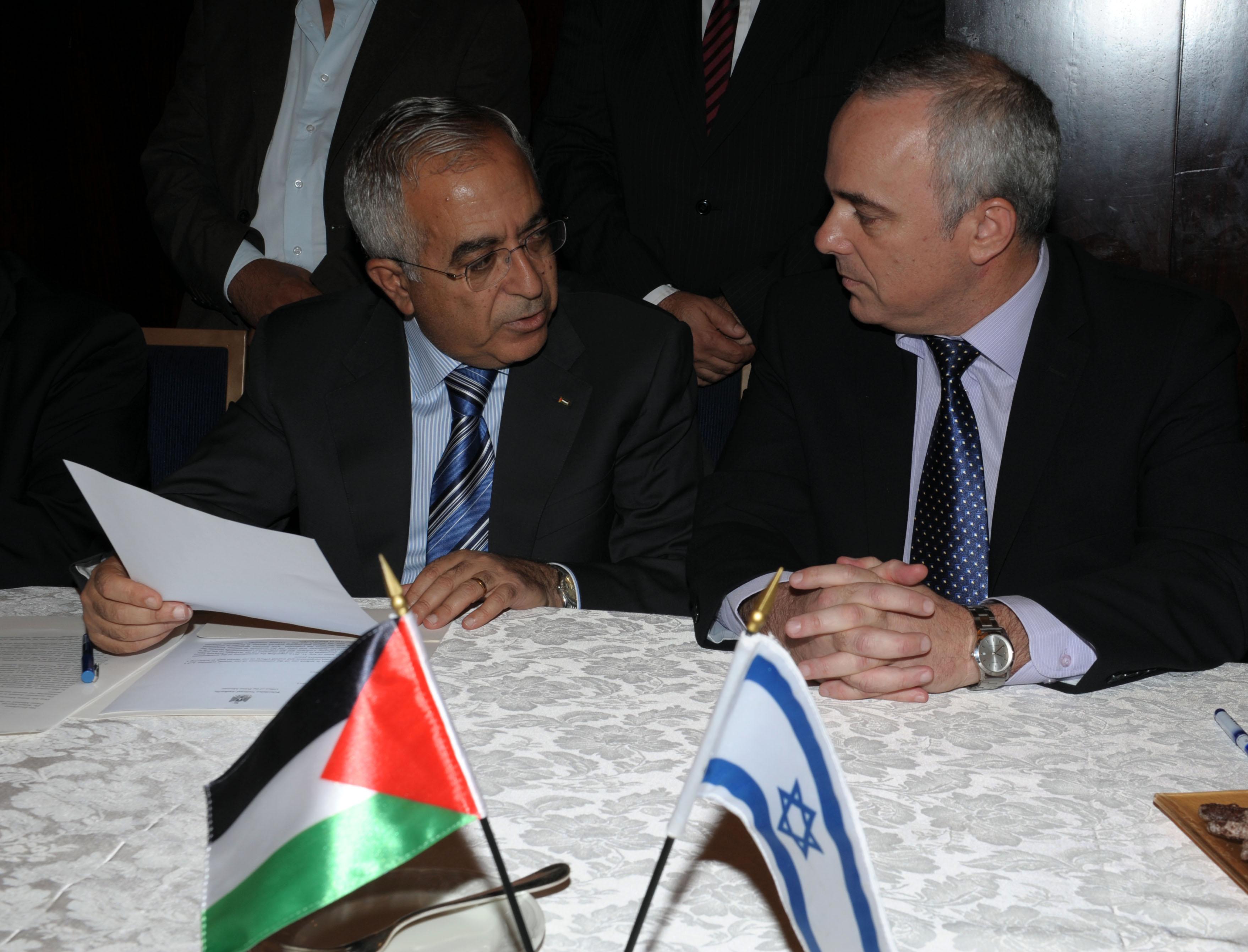 """שטייניץ ופיאד סיכמו הסדרי מעבר סחורות ומיסוי בין ישראל לרש""""פ"""