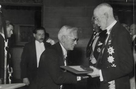 אלכסנדר פלמינג מקבל את פרס הנובל מידי מלך שבדיה, 1945 (צילום: ויקימדיה)