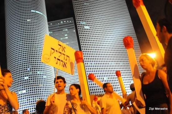 אל תדליקו אותם. מפגינים מול קריית הממשלה (צילום: ציפי מנשה)