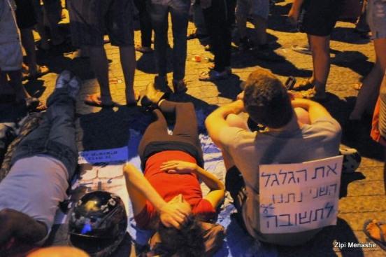 מפגינים שוכבים על הכביש (צילום: ציפי מנשה)