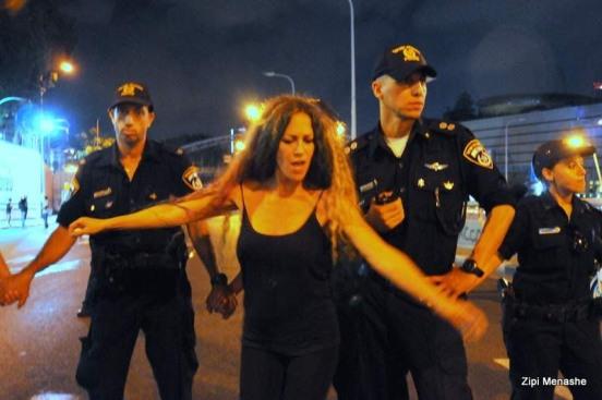 השוטרים סוגרים על המפגינים וחוסמים מעברים (צילום: ציפי מנשה)
