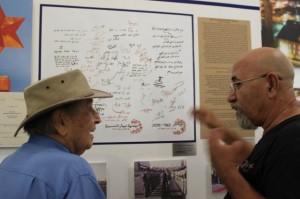 האוצר גואל דרורי וראש העיר לשעבר אליהו נאווי, ליד לוח החתימות מביקור נשכח של נשיא מצרים אנוואר סאדאת בבאר שבע ב-1979.  (צילום: מיכל מונטל)