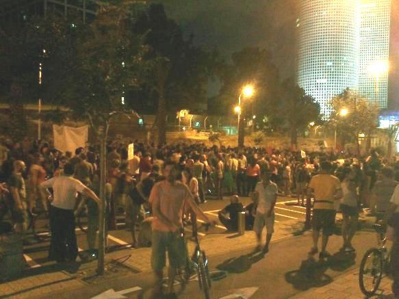 פעילי מחאה מגיעים בהמוניהם לקריית הממשלה (צילום: פנינה רוזנצוייג)