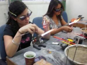 """נערות מעצבות חרוזים ב""""בית של סוזן"""". (צילום: עירית רוזנבלום)"""
