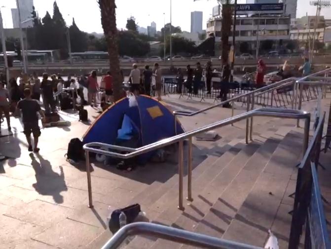 אוהל מול קרית הממשלה הבוקר. המפגינים נשארו כל הלילה (מתוך סרטו של איליאן מהרשק)