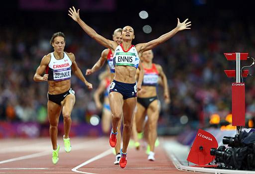 ג'סיקה אניס הבריטית, פרזנטורית של מותג השעונים OMEGA, מסיימת ראשונה את ריצת 800 המטרים ויודעת שזכתה במדלית זהב בקרב שבע. צילום: OMEGA