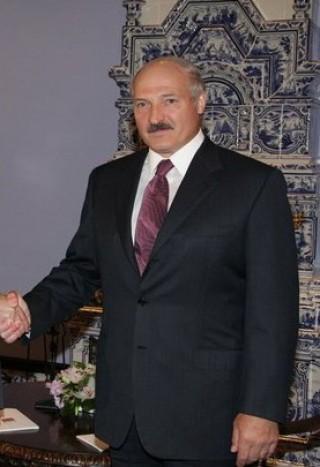 שערוריית הדובונים בבלארוס: לוקאשנקו פיטר את שר החוץ
